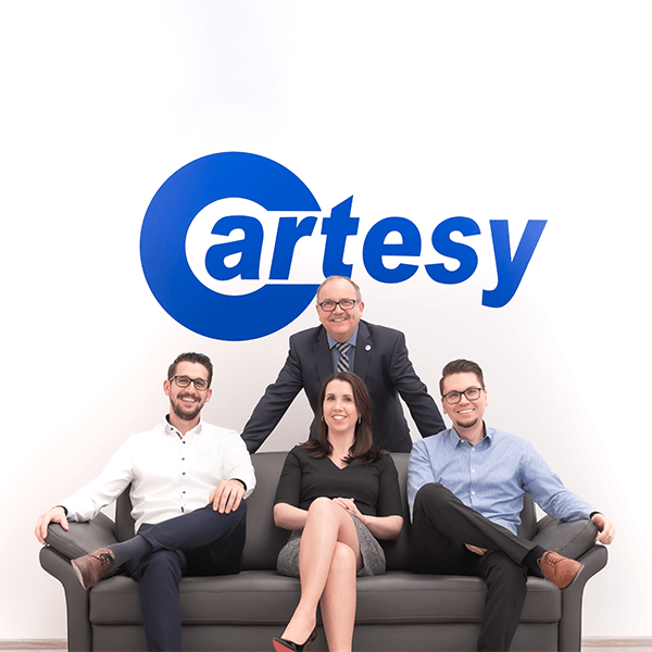 Cartsy Mitarbeiter auf einer Couch mit blauen Cartey Logo im Hintergrund