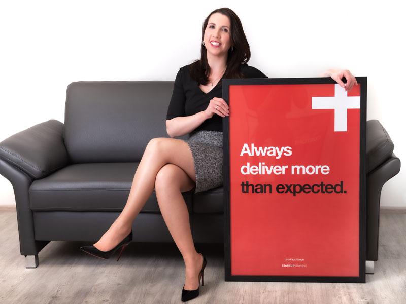 Cartey Mitarbeiterin auf Couch mit rotem Bild in der Hand